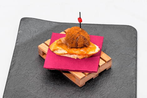 'Botifarró' croquettes with apple sauce and caramelized onion